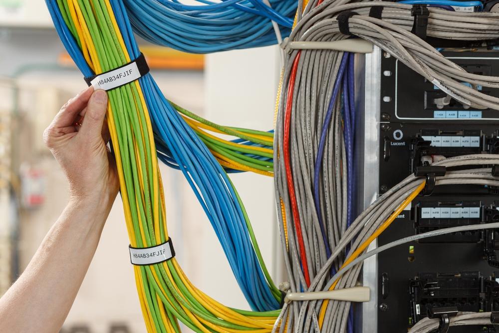 İnovatif, yeni tel tanımlama çözümü: BradyGrip™ Cırt Bant Üstü Yazdırma Etiketleri
